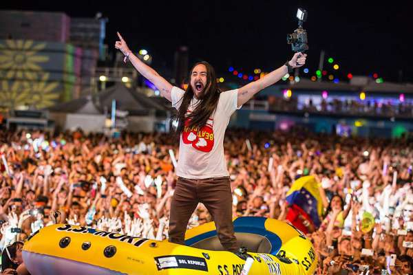 Steve-Aoki-Crowd-Surfing